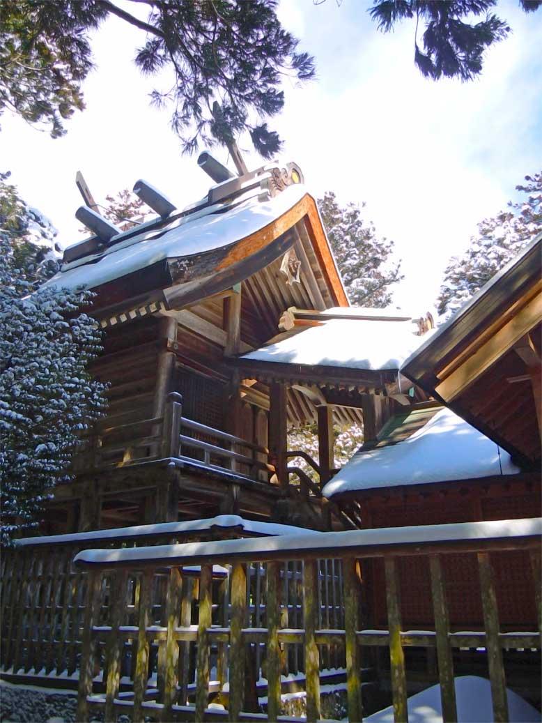 島根県出雲市にある須佐神社の立派な本殿の写真